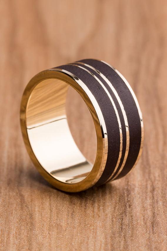Aliança de casamento em ouro 18K 750 e madeira Amazônia