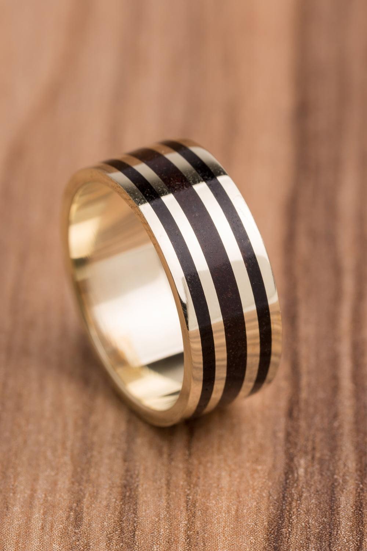 Aliança de casamento em ouro 18K 750 e madeira  Versos.