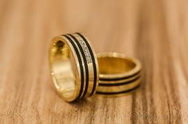 Aliança de casamento em ouro 18K 750 e madeira  Requinte